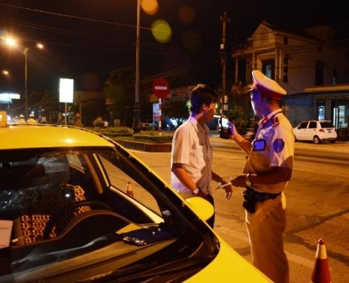 Dùng máy kiểm tra, phát hiện tài xế taxi sử dụng ma túy