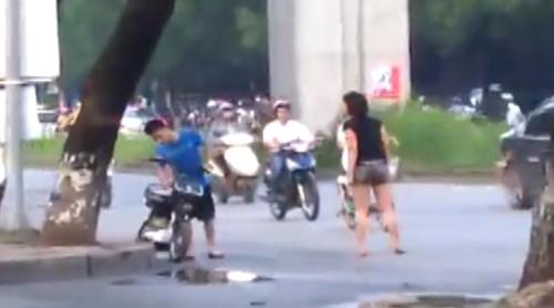 Nam thanh niên đánh bạn gái giữa phố Hà Nội