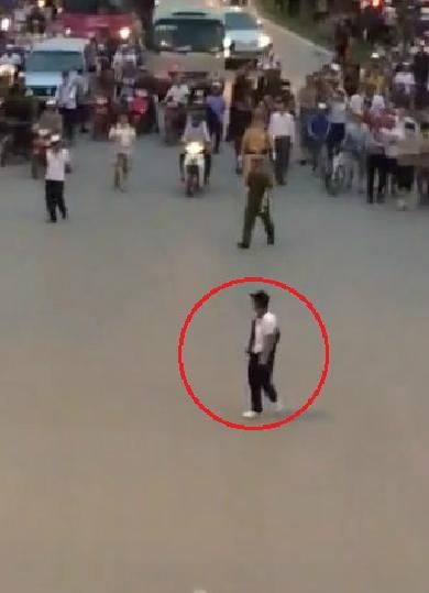 Cảnh sát nổ súng trấn áp kẻ cầm dao truy sát ở Hà Nội
